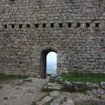 Une porte donnant accès sur la vallée