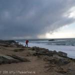 La côte sauvage sous ciel d'orage.