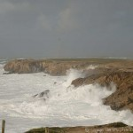 Par fort coup de vent, les vagues viennent se fracasser bruyamment sur ses rochers