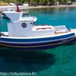 Barque posée sur l'eau (port de Maltezana Astypalea)