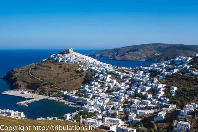 Astypalea : Vue d'ensemble de Chora avec au sommet les ruines du château