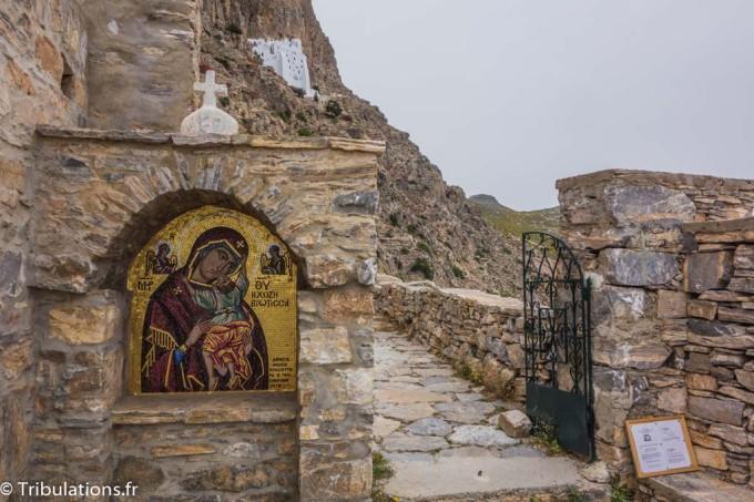 Au fond le monastère de Chozoviotissa