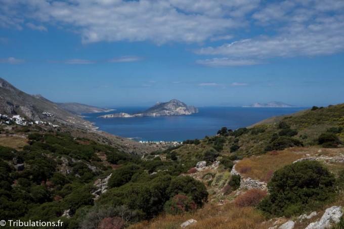 Amorgos : Vue panoramique de Langadha à gauche avec la baie de Aigiali