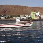 Barque équipée d'une voile à Tarafal