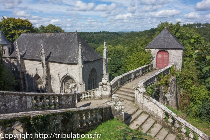 La chapelle Sainte-Barbe  à flanc de la falaise !