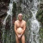 Douche-sous-la-chute-oubliée
