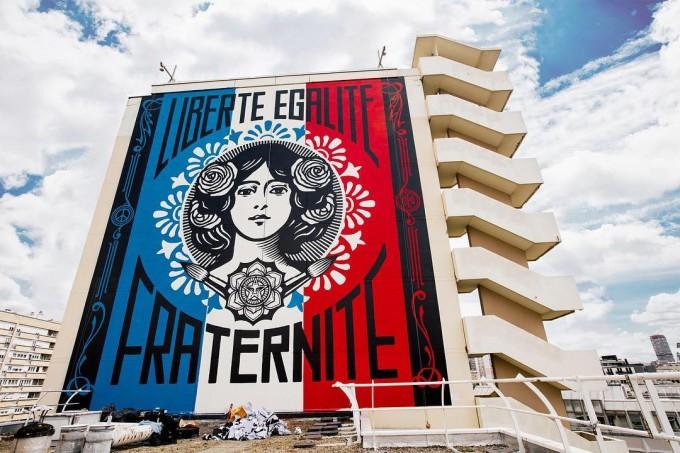 Une très grande oeuvre peinte par Obey sur le mur d'un HLM du 13ème arrondissement de Paris